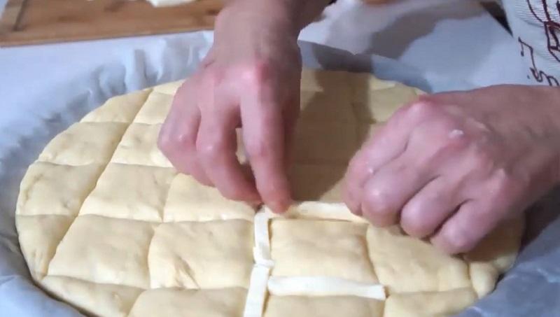 Тончайшая лепешка с сыром за 15 минут. Воздушное тесто и тягучая начинка — что может быть вкуснее?