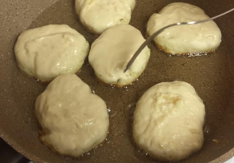Пышные (будто пончики) оладьи без яиц. Не опадают после жарки и всегда съедаются даже холодными