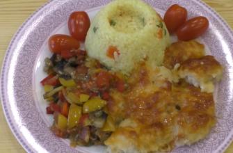 Готовим в духовке: нежная куриная грудка с рисом, грибами и овощами