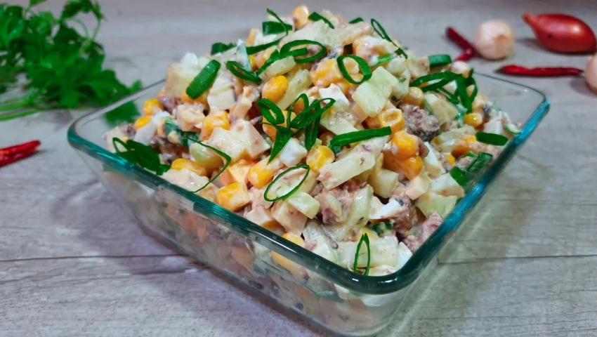 Банка шпрот не дает покоя? Сделаем салат — быстро, просто, бюджетно, вкусно.