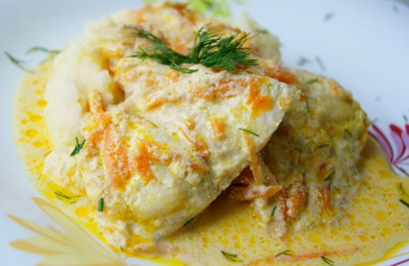 Нежнейший минтай под сметанно-чесночным соусом: рыба тает на губах!
